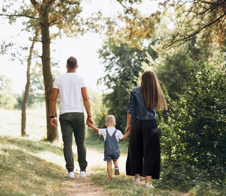 mamma papà bambini campagna